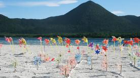 恐山、宇曽利山湖に供えられた風車(青森県むつ市)