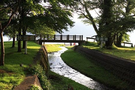十和田湖レークビューホテルの脇を流れる神田川。秋田と青森の県境。