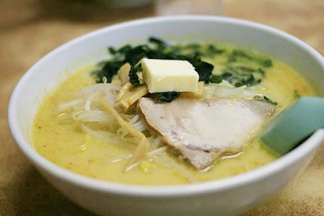 青森市内: 味噌カレー牛乳ラーメン(バター入)