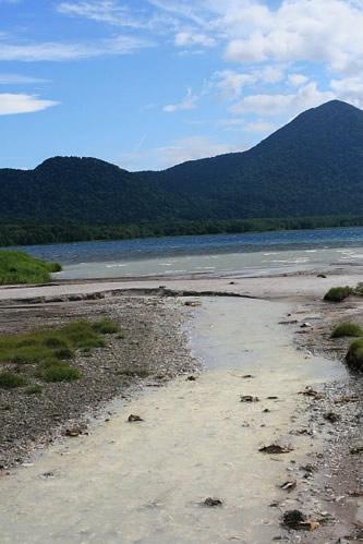 恐山手前の湖: 硫黄の川。くさい