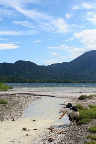 恐山手前: 硫黄の川と湖