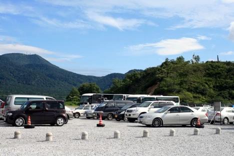 恐山駐車場。わりと車が来てる