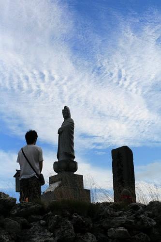 恐山: 観音像と参拝客
