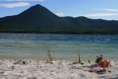 お供え。宇曽利山湖、綺麗すぎて逆にこの世のものとは思えない感が満載