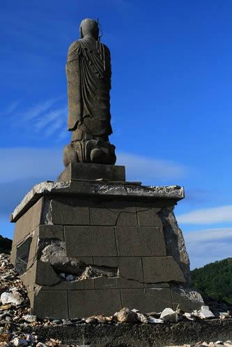 恐山: 仏さまの台がけっこう壊れてるのは、地震のせい?