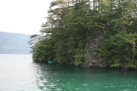 十和田湖の水は透明度が高い
