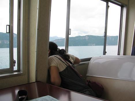 十和田湖遊覧船で昼寝 photo by M