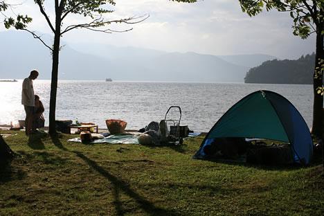 湖畔でピクニック兼、たぶん花火の場所取り