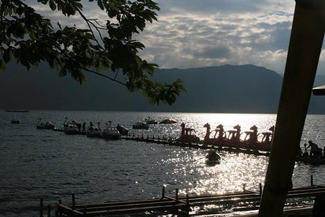 十和田湖: 恐竜ボートとスワンボート