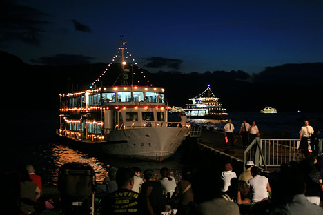 十和田湖湖水まつり:停泊中の光る遊覧船