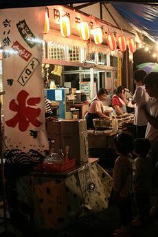 十和田湖湖水まつり: 食べ物売ってるとこは、こことあと一軒くらい