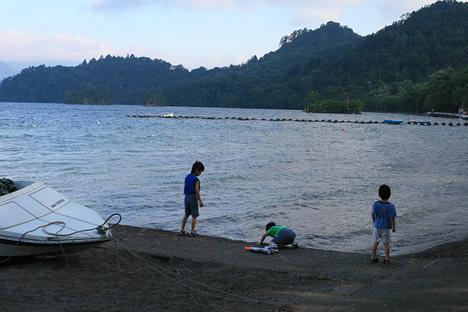 十和田湖の朝: 水鉄砲に水をチャージ!