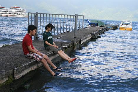 十和田湖の朝: 桟橋でひとやすみ