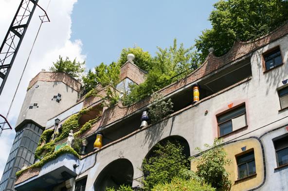 オーストリア/ウィーンにあるフンデルトヴァッサーハウスの植栽