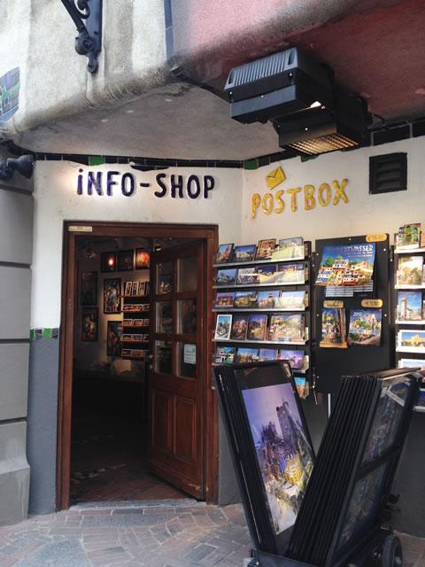 オーストリア/ウィーンのフンデルトヴァッサーハウスにあるショップと郵便局