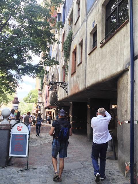 オーストリア/ウィーンのフンデルトヴァッサーハウスと観光客