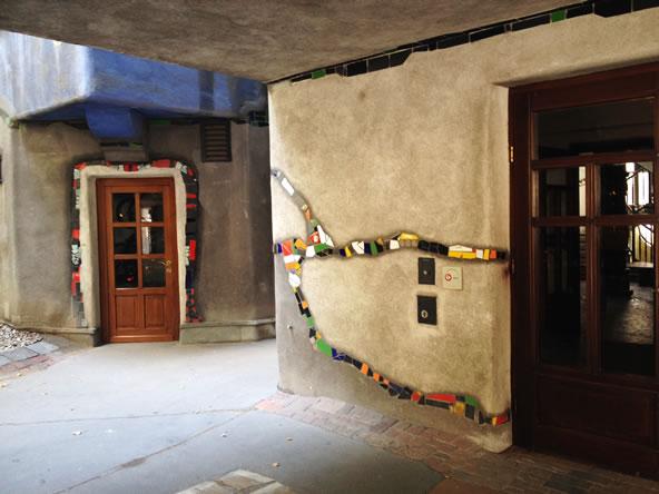フンデルトヴァッサーハウスのピロティ、丸みを帯びた壁の角