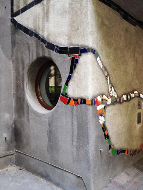 ウィーンのフンデルトヴァッサーハウス、ピロティのタイル装飾