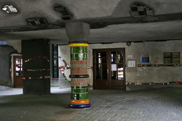 ウィーンのフンデルトヴァッサーハウス、ピロティ