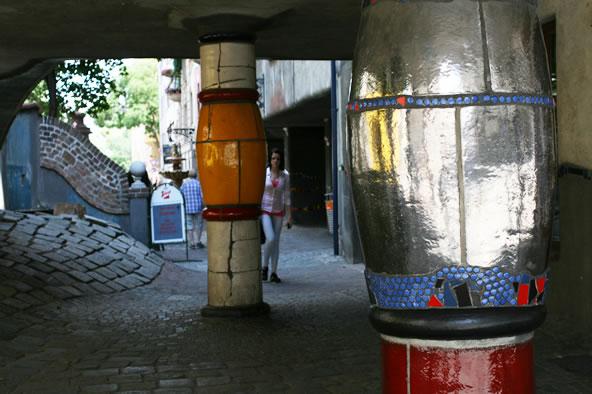 ウィーンのフンデルトヴァッサーハウス、柱の装飾