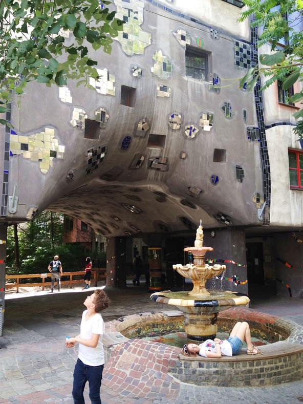 フンデルトヴァッサーハウス、噴水広場でくつろぐ子供たち