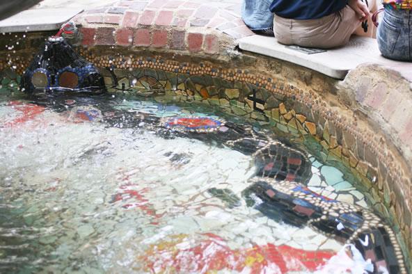 フンデルトヴァッサーハウス、噴水の中にいる黒いヘビ(タイル装飾)