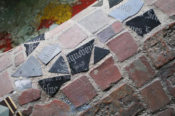 フンデルトヴァッサーハウス、噴水のモザイクタイル