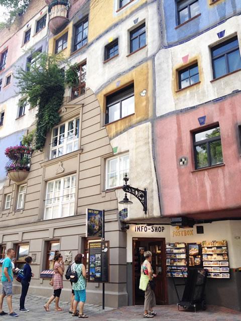 フンデルトヴァッサーハウス、カラフルな外壁