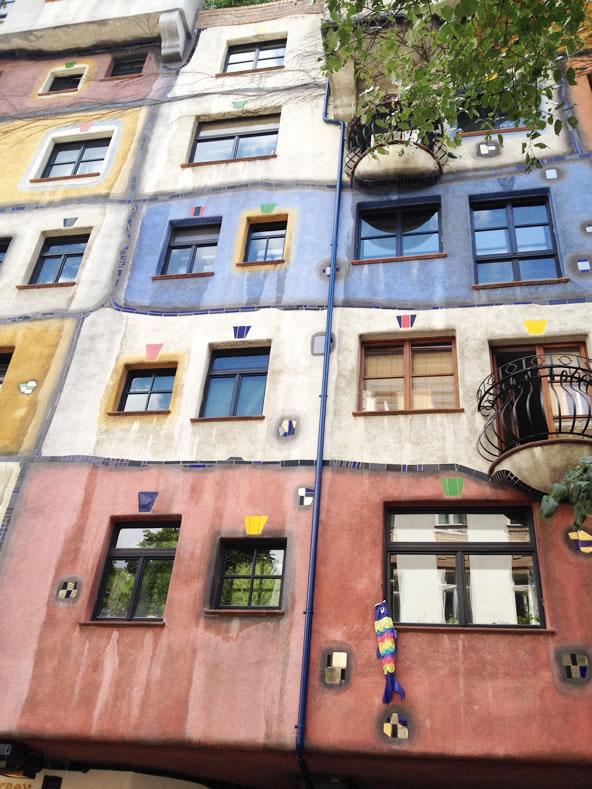 フンデルトヴァッサーハウス、外壁に描かれたフリーハンド風の線