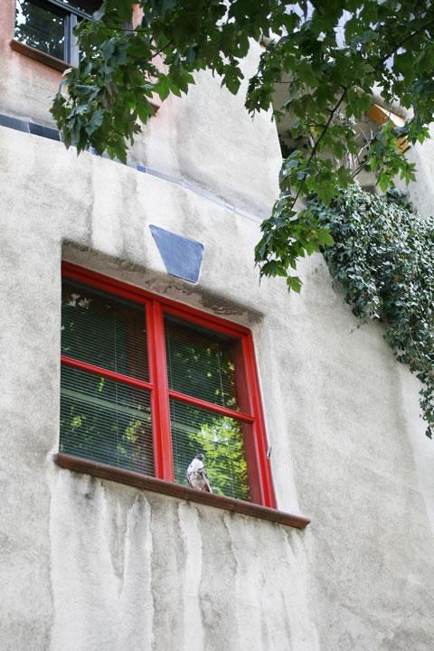 フンデルトヴァッサーハウス、窓上部のキーストーン風装飾