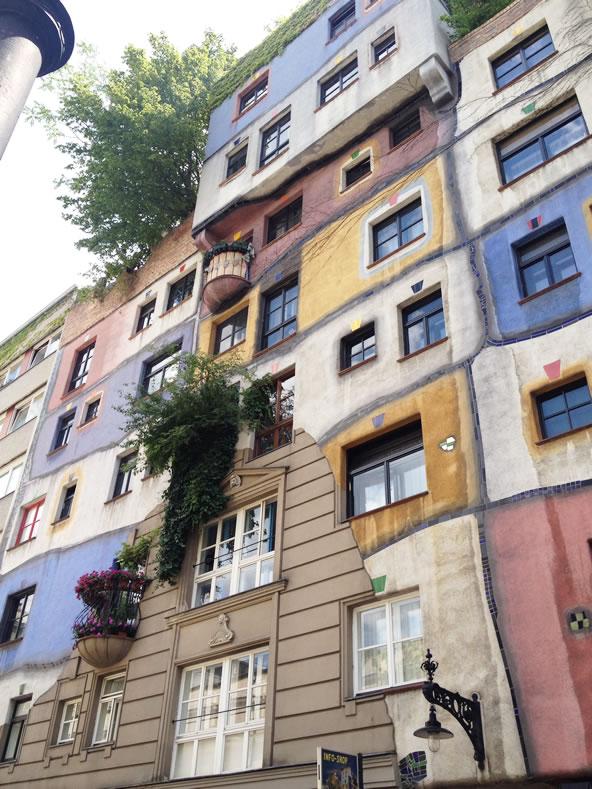 フンデルトヴァッサーハウス、壁から緑が顔を出す