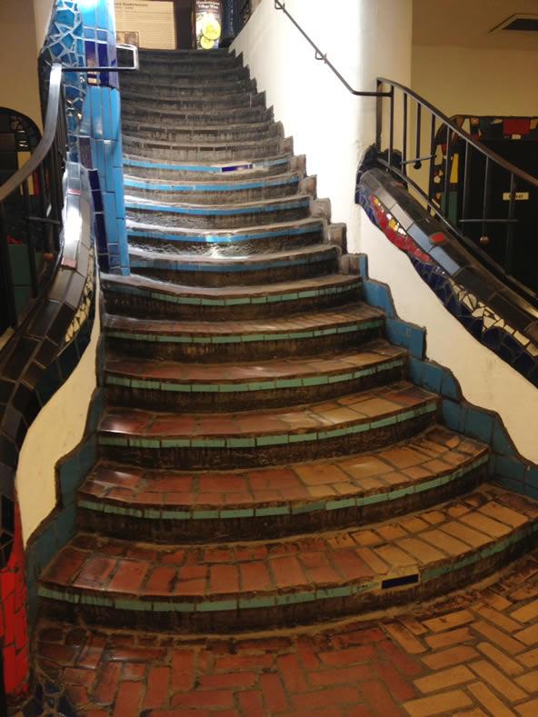 フンデルトヴァッサーヴィレッジの地下へつながる階段