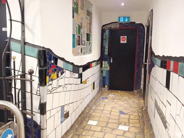 フンデルトヴァッサーヴィレッジのトイレ廊下