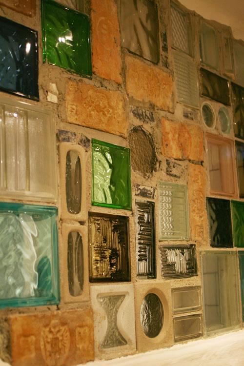 フンデルトヴァッサーヴィレッジのトイレ廊下の窓