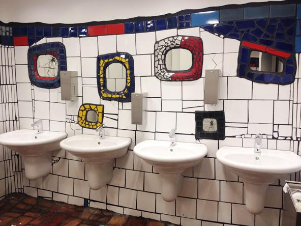 フンデルトヴァッサーヴィレッジの女子トイレ洗面台と鏡