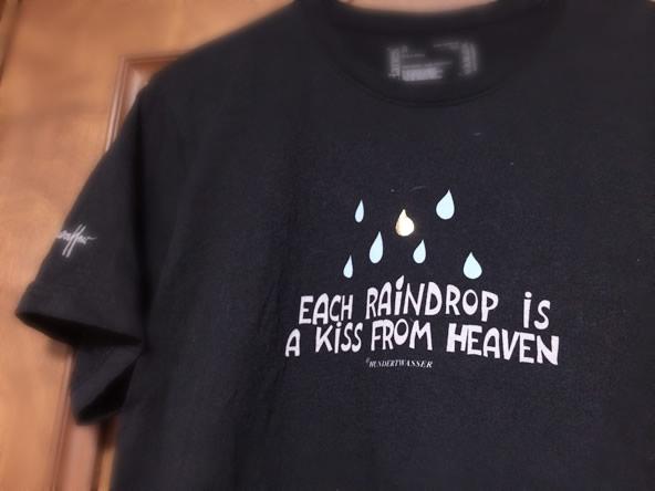 フンデルトヴァッサーヴィレッジで買ったTシャツ「EACH RAINDROP IS A KISS FROM HEAVEN」