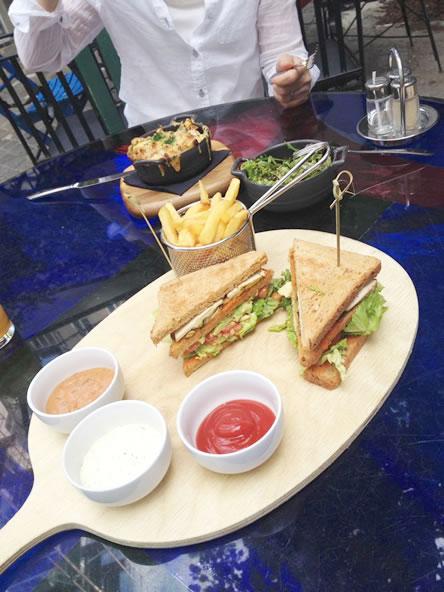 クンストハウスウィーンカフェのヴィーガンメニュー、アボカドと豆腐のサンドイッチプレート