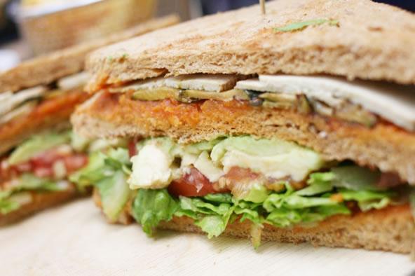クンストハウスウィーンカフェのヴィーガンメニュー、アボカドと豆腐のサンドイッチ