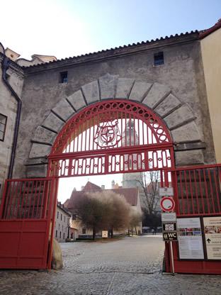 クルムロフ城の赤い門