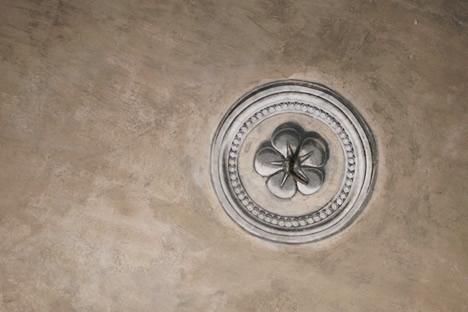 クルムロフ城エントランスの天井にある花の飾りのだまし絵
