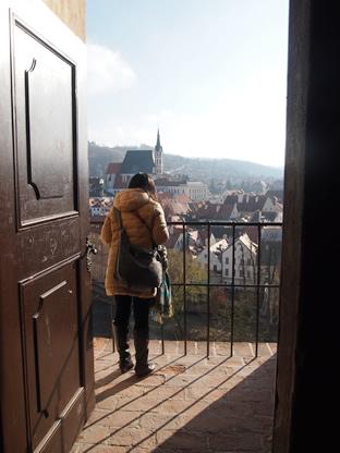 クルムロフ城のテラスとそこから見えるチェスキークルムロフの町の景色