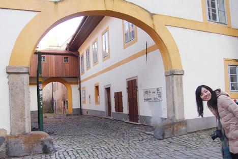 チェスキークルムロフの街角の黄色い梁