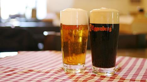 チェスキー・クルムロフの地ビールEggenbergの白と黒