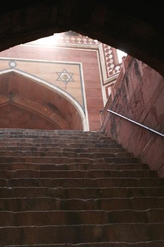 フマユーン廟内部の階段を見上げる