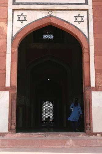 フマユーン廟とインド人女性