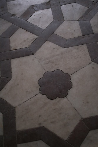 床の石の幾何学模様