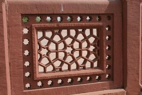 柵に飾られた幾何学模様