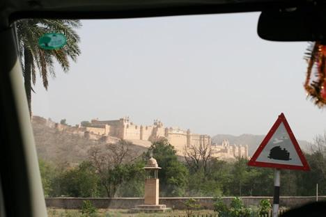 車中から見えたジャイプル郊外のアンベール城