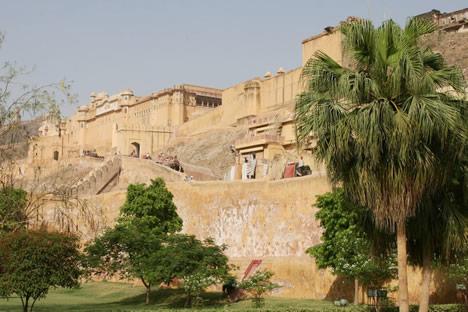 インド・ジャイプル郊外のアンベール城をふもとから見上げたところ