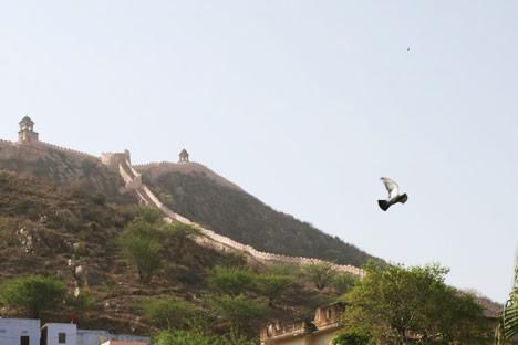 インド・ジャイプル郊外のアンベール城丘の城壁